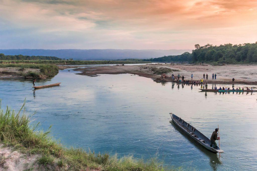 Chitwan National park – uitgeholde boomstammen als boot op de Rapti rivier
