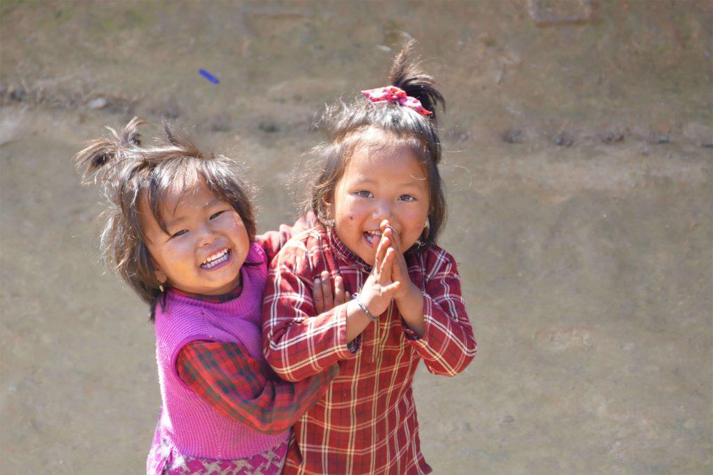 Familiereis Nepal – kinderen groeten met namaste