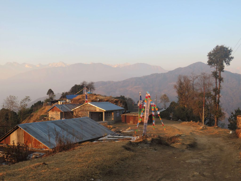 Helambu trekking – dorp tijdens de trekking met de Himalayas op de achtergrond