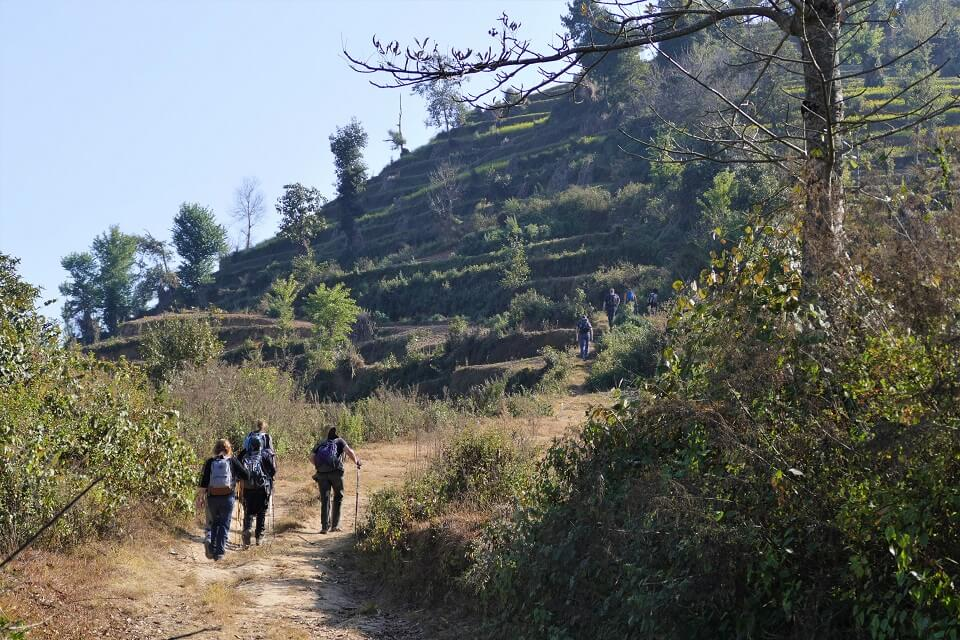 Kathmandu vallei trekking – wandelen op aarden pad tijdens de trekking op de heuvels rondom de Kathmandu vallei