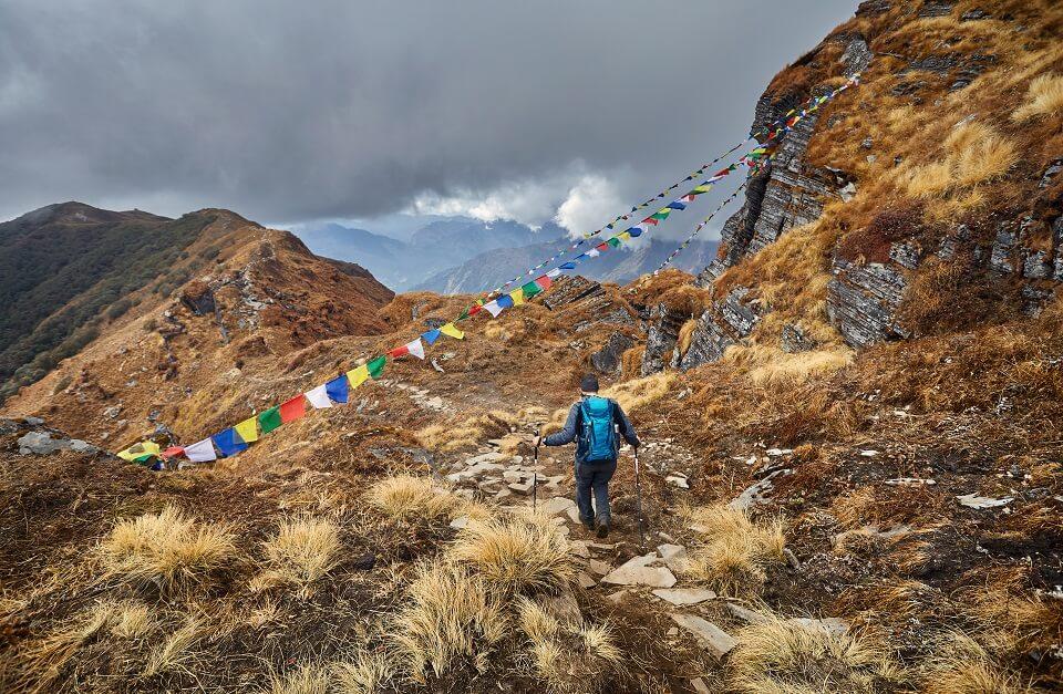 Mardi Himal trekking (3) – trekker wandelt op de tails in het hogere deel van de Mardi Himal trekking