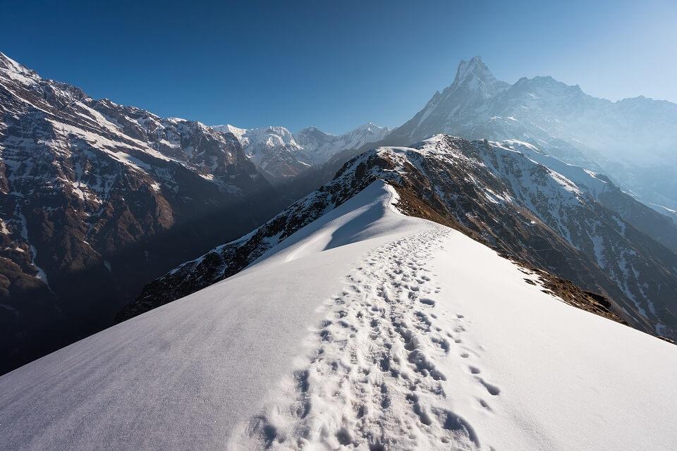 Mardi Himal trekking – wandelen op de besneeuwde richel richting Machapuchare
