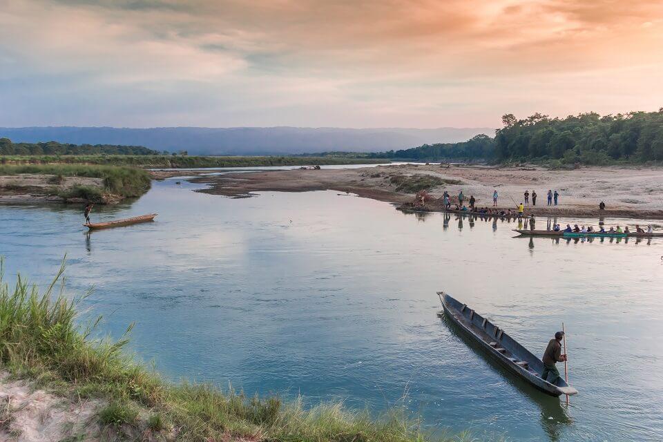 Safari in het Zuiden van Nepal – de houten bootjes in de rivier aan de ingang van Chitwan national park (4)