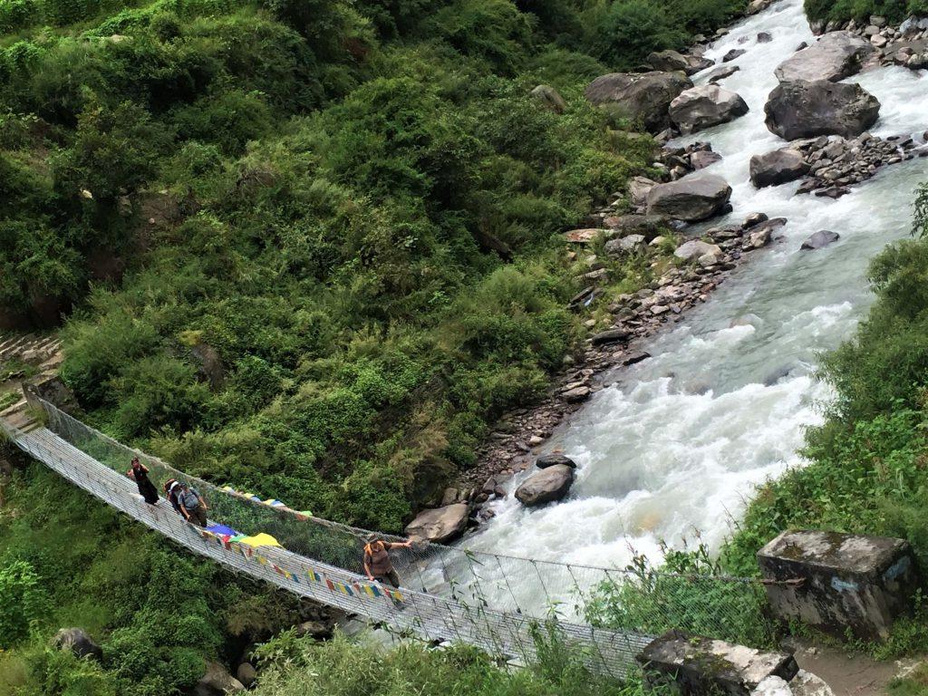 Tamang Heritage trekking – hangbrug over een rivier in de mooie groene omgeving