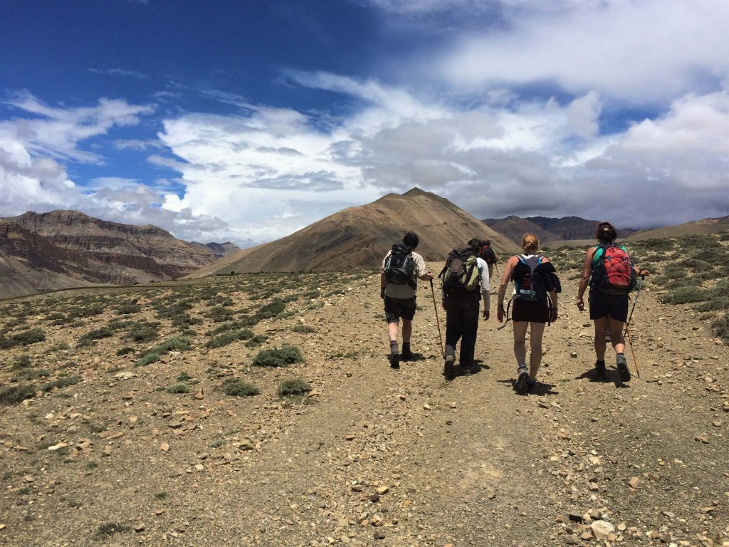 Upper Mustang trekking – trekkers wandelen in het dorre Mustang gebied