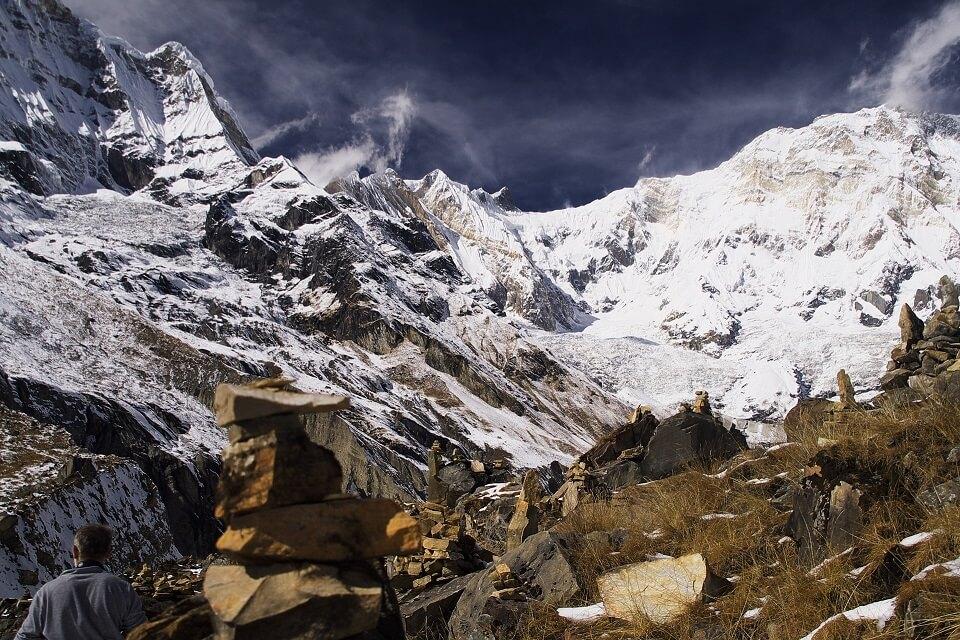 Annapurna Sanctuary trek – besneeuwd landschap met rotsen in de Annapurna sanctuary