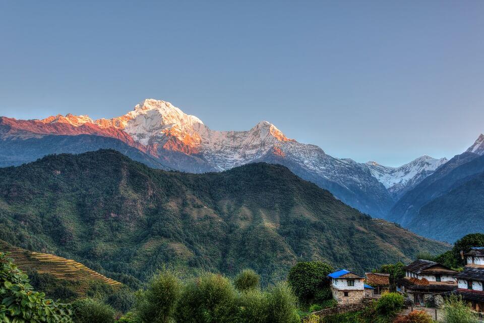 Khopra Ridge trek – prachtig licht boven de witte toppen van de Himalayas