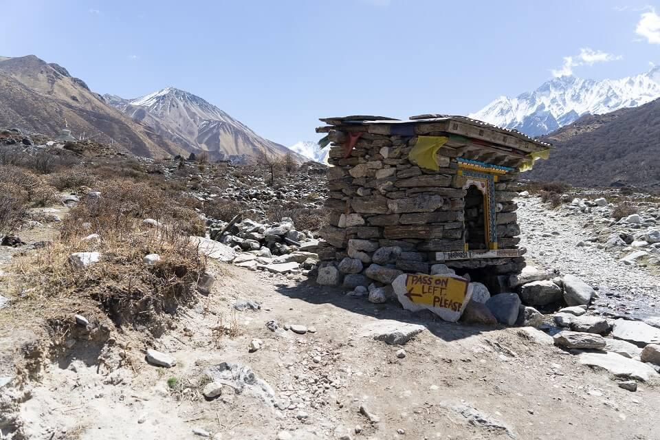 Langtang vallei trekking – passeren van een heiligdom doe je langs links