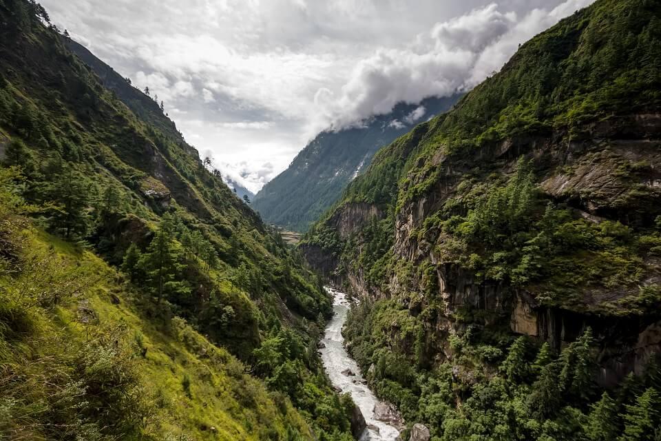 Manaslu met Tsum vallei trek – groene vallei met rivier tijdens de trekking