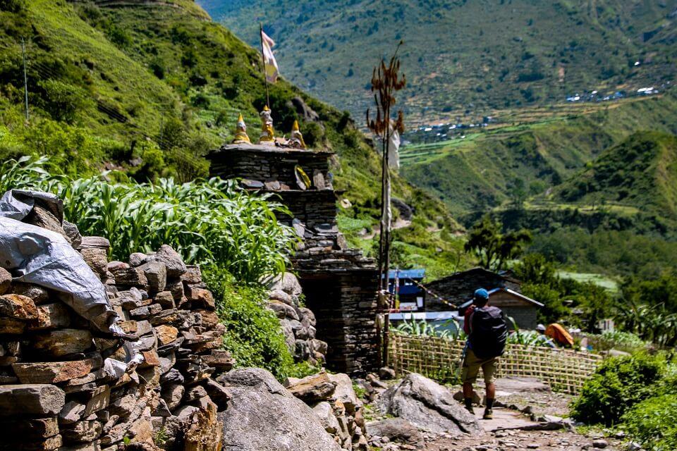 Manaslu met Tsum vallei trek Рtrekker wandelt naast een ch̦rten in de Tsum vallei