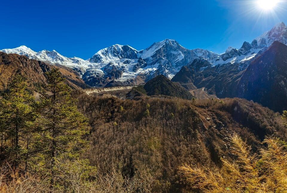 Manaslu met Tsum vallei trek – zicht vanop lagere hoogte op de Manaslu en andere bergtoppen van de Himalayas