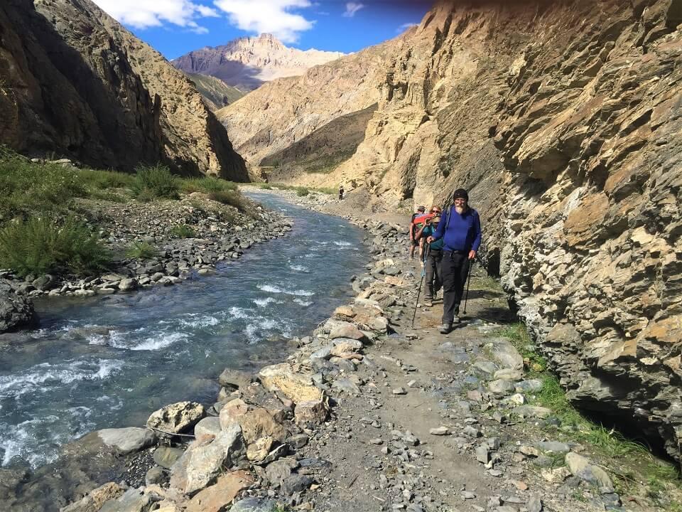 Upper Dolpo trek – trekkers wandelen op het pad langs de rivier